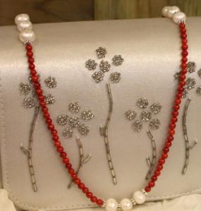 coral rojo y perlas